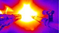 Eine Kapsel, gefüllt mit Deuterium und Tritium, wird an der National Ignition Facility in Berkley mit intensiven Laserstrahlen bestrahlt, worauf der Brennstoff im inneren fusioniert.
