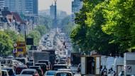Autos, LKWs und Lieferfahrzeuge fahren auf dem Kaiserdamm in Berlin stadteinwärts.