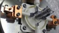 Experimentaufbau am JAEA in Tokai: Hier werden den produzierten  Atomen die Elektronen entrissen, um die Ionisationsenergie  der schweren Elemente zu bestimmen.