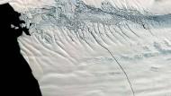Ein 18 Kilometer langer Riss auf dem Pine Island Gletscher. Auch an solchen Merkmalen lässt sich die Bewegung der Eisströme ermitteln.