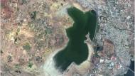 Diese Satellitenbilder aus den Jahren 2015 (links) und 2019 zeigen den Puzhal-Stausee in der indischen Neun-Millionen-Einwohner-Metropole  Chennai vor und während der anhaltenden Dürre.