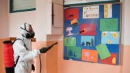 Schulen und Kindergarten virenfrei? Kurz vor Pfingsten wurden in einem Kindergarten in Athen die Lockerungsmaßnahmen aus dem Lockdown vorbereitet.