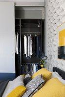 Offener Kleiderschrank im Schlafzimmer … – Bild kaufen ...