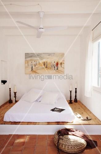 Mediterranes Schlafzimmer mit Matratze auf Podest und Deckenventilatro  Bild kaufen  living4media
