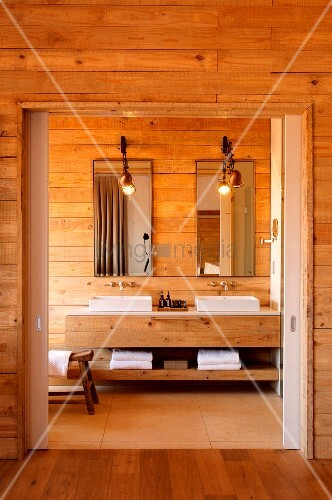 Badezimmer aus Holz mit zwei Waschbecken und langem