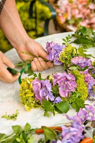 Blumen und Kruter zum Kranz binden  Bild kaufen  living4media