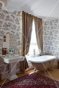 Freistehende Badewanne vor Fenster mit hellbraunen ...