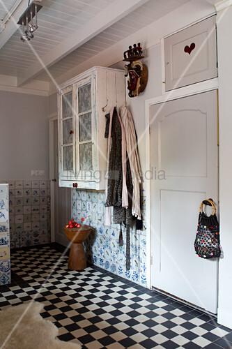 LandhausBadezimmer mit schwarzweissen Bodenfliesen und alten Delfter Wandfliesen  Bild kaufen
