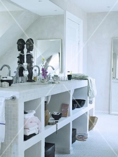 Gemauertes Regal mit eingebautem Waschbecken in schlichtem Bad  Bild kaufen  living4media