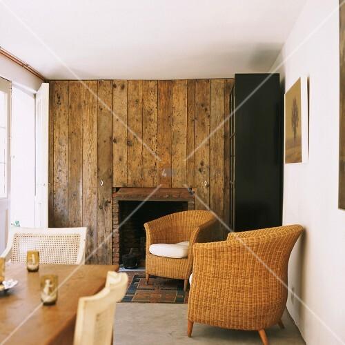 Wohnzimmer mit rustikaler Holzwand und Korbmbel  Bild kaufen  living4media