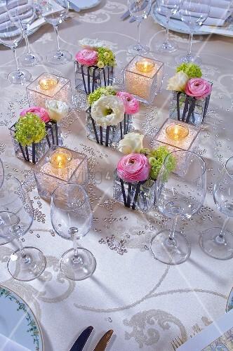 Tischdeko mit Ranunkeln Teelichtern und Glasperlen  Bild