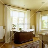 Bad im alten englischen Landhaus mit freistehender ...