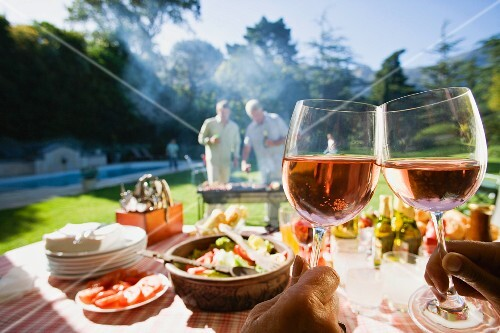 Männer Grillen Im Garten Gedeckter Tisch Im Vordergrund Hände