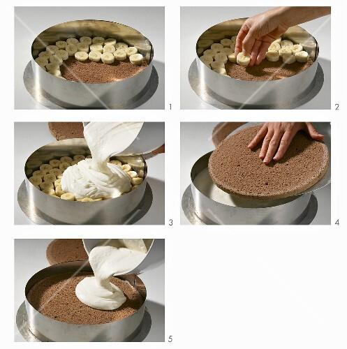SchokoBananenTorte mit Joghurtcreme zubereiten  Bild kaufen  373650  StockFood