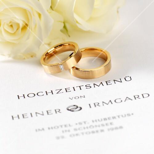 Hochzeitsmenkarte Trauringe und weisse   Bilder kaufen