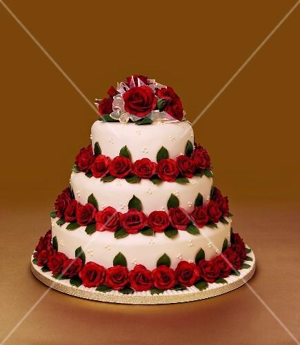 Dreistckige Hochzeitstorte mit Rosenblten  Bild kaufen