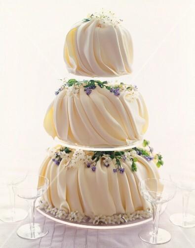 Elegante dreistckige Hochzeitstorte  Bilder kaufen  696468 StockFood