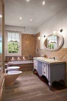 Bad im Landhausstil mit graublau … – Bild kaufen ...
