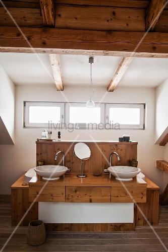 Badezimmer mit Holzdecke und Waschtisch aus Holz  Bild kaufen  living4media