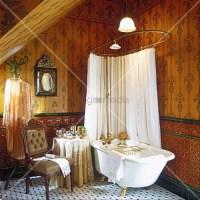 Freistehende Badewanne mit goldenen Fssen, mit einer ...
