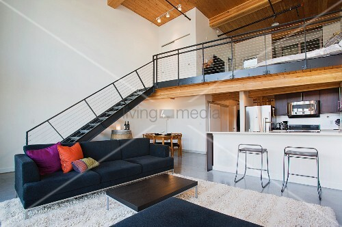 Offenes Wohnzimmer mit Theke zur Kche und Treppenaufgang