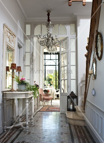 Elegante Diele mit barockem Wandtisch   Bild kaufen
