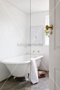 Freistehende Badewanne im Vintage Stil auf Estrichboden in ...