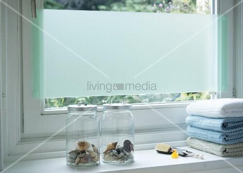 Sichtschutz aus Acrylglas am Fenster im Bad  Bild kaufen  living4media
