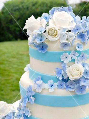 Mehrstckige blauweisse Hochzeitstorte Nahaufnahme