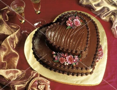 Zweistckige herzfrmige Schokoladentorte mit Blumendeko