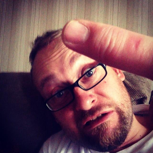 """Ghaahh!Sitter och väntar på att vårdcentralen ska ringa. Mitt """"fuck""""finger mår inte bra. #adesworld #vård #svullen"""
