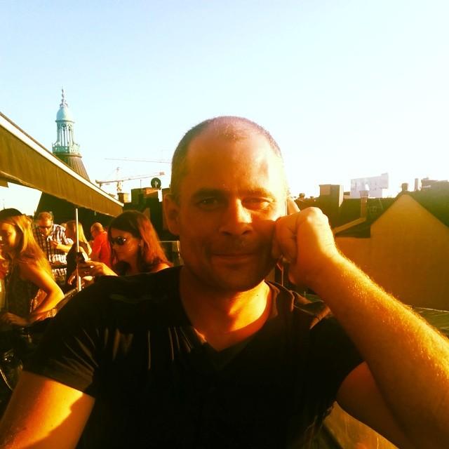 En vanlig syn. @z1po med telefonen planterad i örat. Men snart drar vi till #grönalund för en femkamp!