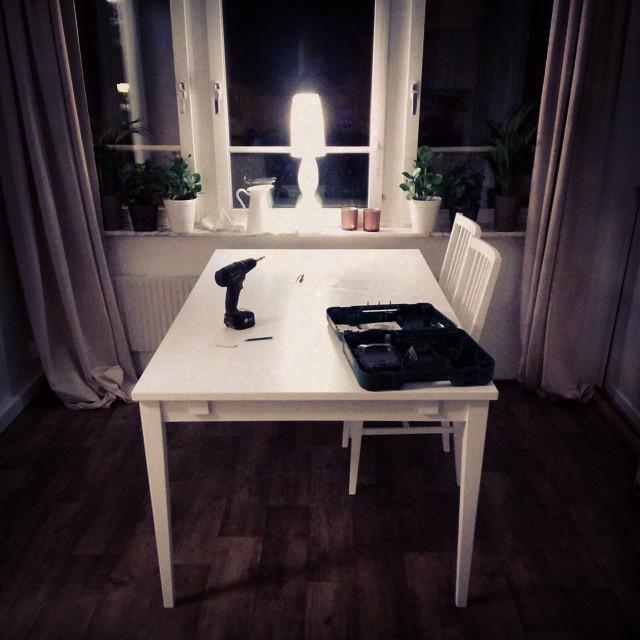 Kvällsnöje! Gammalt köksbord borta. Nytt är monterat. Fyra stolar kvar!
