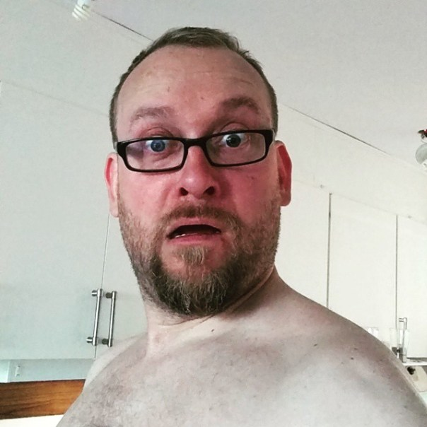 Ohh!! Solat bakom en sten i Blekinge eller? Va faan?! En Treo ser ju ut som en leverfläck mot min blekfeta hud. Ghaa!