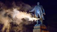 Leninfall: Aktivisten stürzten die Statue in Charkiw am 28. September 2014.