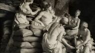 """Sandsäcke schützen die baracke Gruppe """"Apoll, desient von Nymphen"""" von Girardon und Regnaudin im Park von Versailles, 1939/40."""