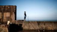 Gebannte Blicke in Richtung Großbritannien: Ein Fischer in der französischen Hafenstadt Boulogne-sur-Mer