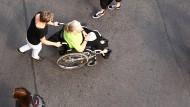 Im Alter auf Hilfe angewiesen - gerade, wenn man im Rollstuhl sitzt.