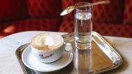 Eine Melange im Café Traxlmayr in Linz ist die Eintrittskarte zum Lesevergnügen.