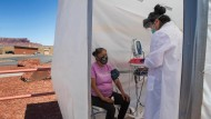 Ein weiterer Fall? In Monument Valley wird eine Frau in einem Testzelt medizinisch untersucht.