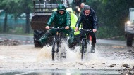 Radfahrer auf der überfluteten Bundesstraße 54 bei Rummenohl