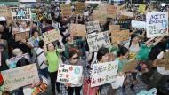 """Obwohl es Klimaaktivisten in Japan schwer haben, haben sich auch in Tokio am Freitag Demonstranten der globalen """"Fridays for Future""""-Bewegung angeschlossen."""