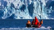 James Bond lässt grüßen: Bei Anna Ihrén flitzen die Figuren vor den Gletschern Spitzbergens auf Schneemobilen herum, hier sitzen Wissenschaftler des deutschen Alfred-Wegener-Instituts in einem Motorboot.