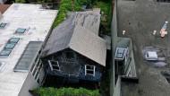 Luftaufnahme der unbewohnbaren Hütte, die in San Francisco für 2,5 Millionen Dollar zum Verkauf steht.