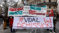 Fordern den Rücktritt von Frédérique Vidal: Demonstranten in Paris Ende März