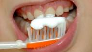 Glanzleistung: Beim Zähneputzen kann man einiges falsch machen - aber das ist kein Grund, es sein zu lassen.