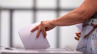 Das Ende aller Prognosen: Eine Frau bei der Stimmabgabe in Sachsen-Anhalt.