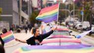 Einstellungen im Wandel: Eine Frau demonstriert in Pristina für mehr Rechte für Homosexuelle und Transgender.
