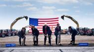 Trump beim Spatenstich mit Foxconn-Vertretern