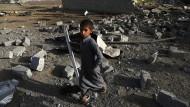 Ein Junge im kriegszerstörten Sanaa: Amerikanische Truppen liefern der von Saudi-Arabien angeführten Koalition unter anderem Zieldaten für Bombardements.
